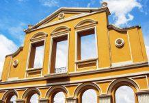 Das Portal im Bosque Alemão (Deutscher Wald) stellt die Fassade der deutschen Residenz Casa Mila in Curitiba aus dem 19. Jahrhundert dar, Brasilien - © Alexander Bark / Shutterstock