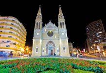 Die Catedral Metropolitana am Praça Tiradentes zählt zu den bedeutendsten historischen Bauwerken von Curitiba, Brasilien - © Paulo Nabas / Shutterstock