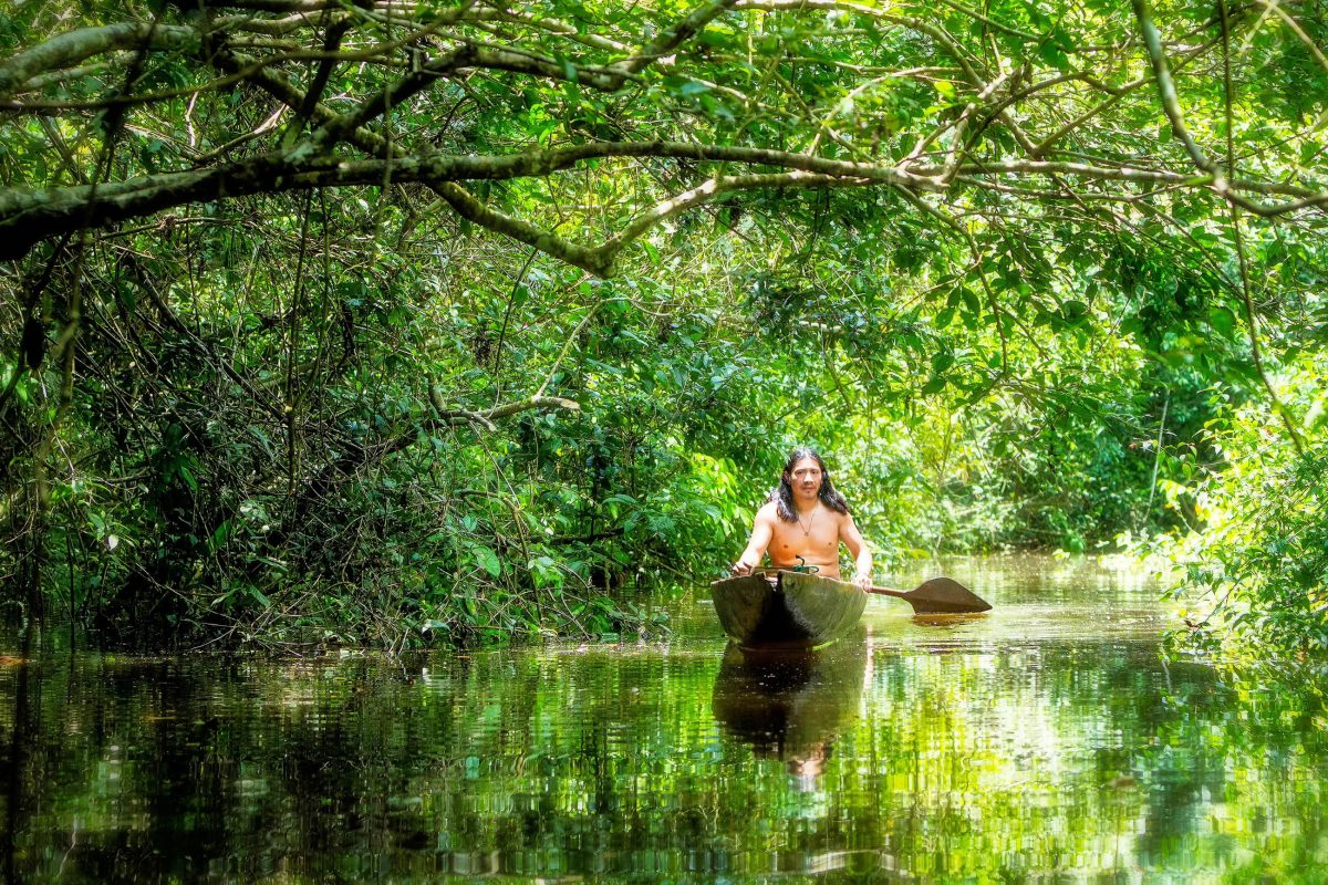 Der traditionelle Einbaum ist die klassische Fortbewegungsart im Amazonasbecken, die die Ureinwohner von Brasilien seit jeher nutzen - © Ammit Jack / Shutterstock