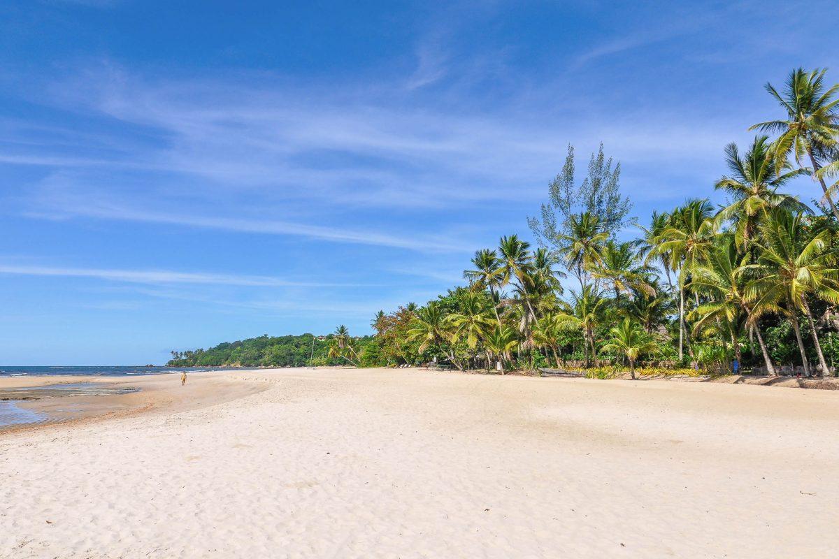 Der vierte Strand von Morro de São Paulo ist mehrere Kilometer lang und eignet sich hervorragend für romantische Strandspaziergänge, Brasilien - © Gabor Kovacs Photography / Shutterstock