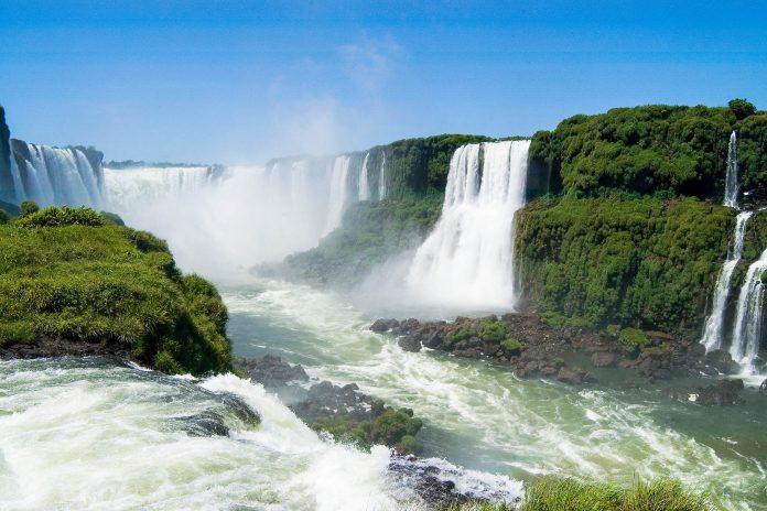 Die Iguaçu Wasserfälle an der Grenze zwischen Brasilien und Argentinien sind mit 2.700 Metern die breitesten der Welt - © Eduardo Rivero / Fotolia