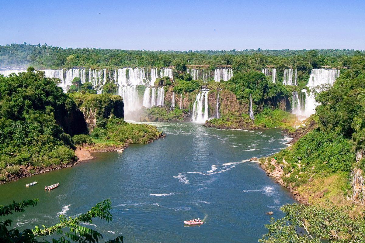 Die Iguaçu Wasserfälle gehören zu den größten Wasserfällen der Welt und halten mit fast 3km Ausdehnung definitiv den Rekord des breitesten Wasserfalls der Erde, Brasilien/Argentinien - © Eduardo Rivero / Fotolia