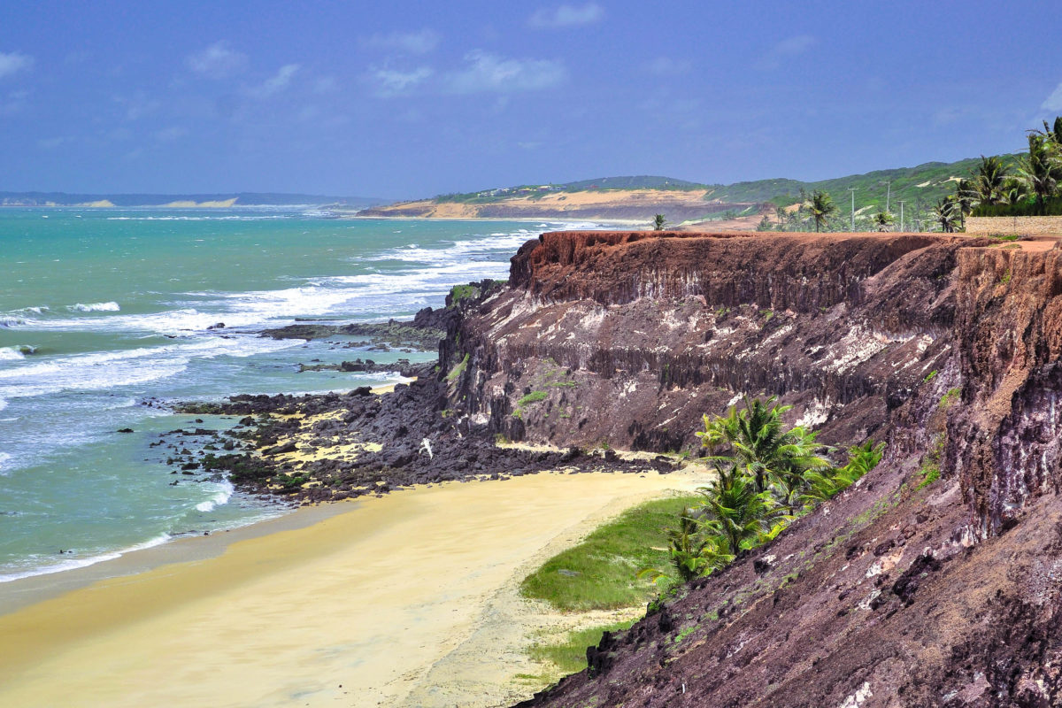 Die Südküste um den Ferienort Pipa besteht aus einer Kette aus traumhaften Buchten mit orangeroten Klippen und üppiger Vegetation - © Vitoriano Junior / Shutterstock