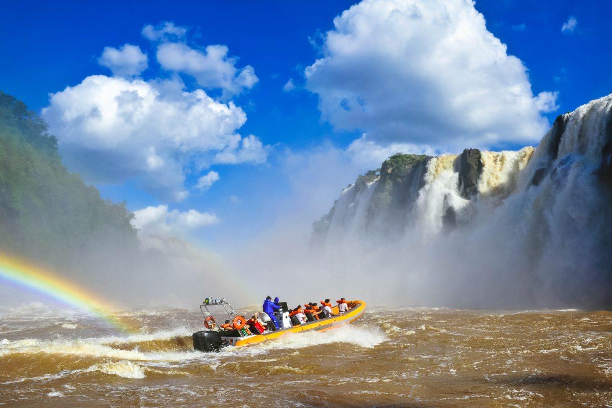 Eine Bootstour zu den Iguaçu Wasserfällen ist für jeden Besucher ein unbeschreibliches Erlebnis und bleibt sicher nachhaltig in Erinnerung, Brasilien/Argentinien - © jacek_kadaj / Fotolia