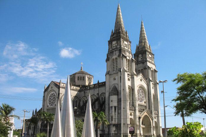 Die Catedral Metropolitana de Fortaleza im Zentrum der Hauptstadt des brasilianischen Bundesstaates Ceará ist die drittgrößte Kirche Brasiliens - © Travel Bug / Shutterstock