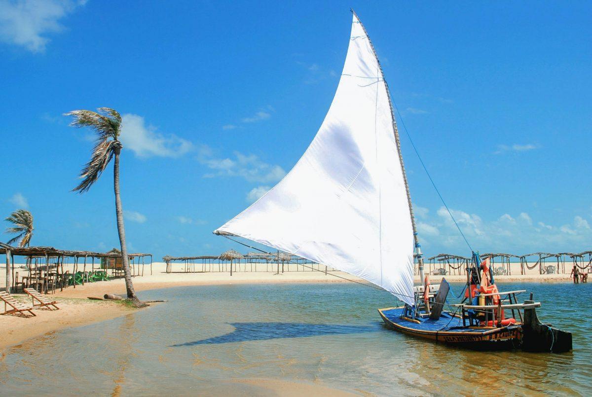 Jangadas, die traditionellen brasiliansichen Fischerboote tummeln sich noch heute an den Stränden von Fortaleza im Nordosten von Brasilien - © Sonia Alves-Polidori / Shutterstock