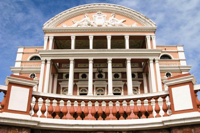 Das Teatro Amazonas mit seiner farbenprächtigen und vor Säulen strotzenden Fassade in Manaus, Brasilien - © guentermanaus / Shutterstock