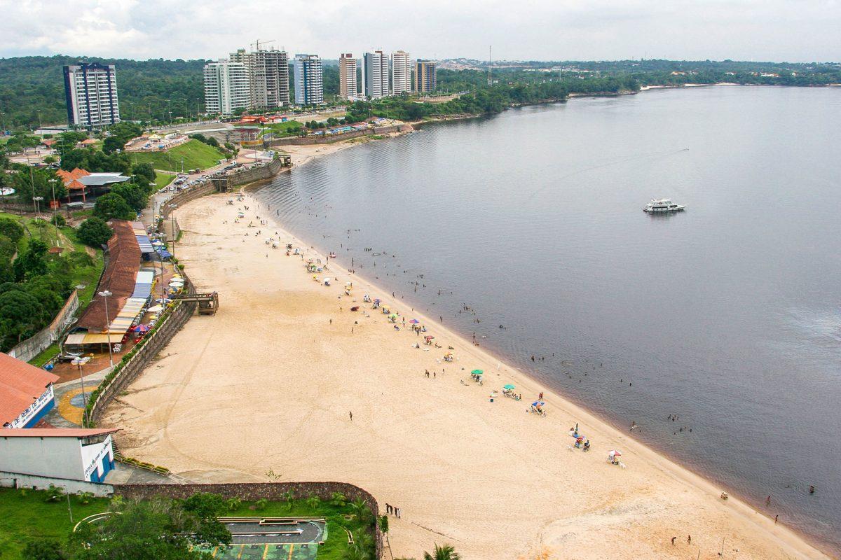 Der Flussstrand Praia Ponta Negra liegt am Rio Negro 13km von Manaus entfernt und zählt zu den beliebtesten Sehenswürdigkeiten der Stadt, Brasilien - © casadaphoto / Shutterstock