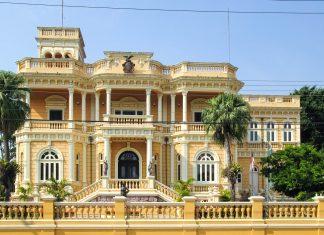 Der Palácio Rio Negro in Manaus, Brasilien wurde vom deutschen Kautschuk-Händler Waldemar Scholz im Jahr 1910 errichtet - © guentermanaus / Shutterstock