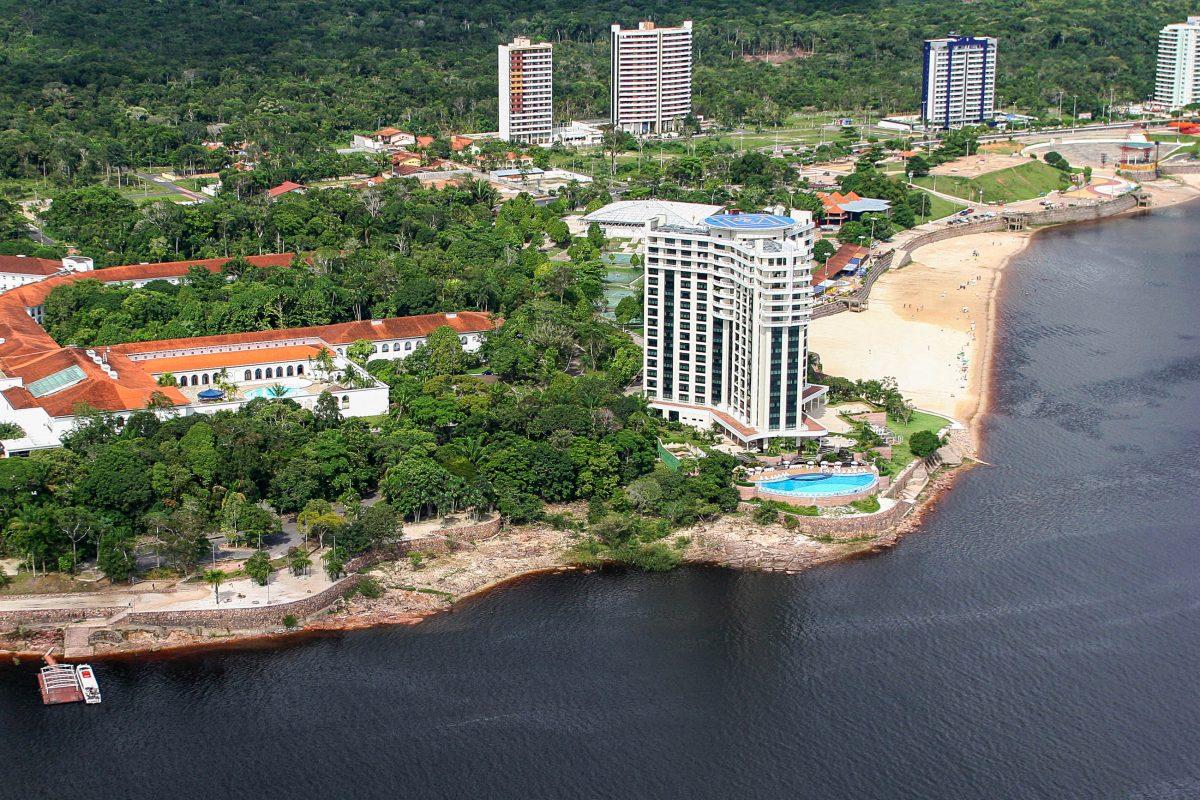 Der Praia Ponta Negra am Rio Negro in Manaus in Brasilien bietet Attraktionen für Jung und Alt - © casadaphoto / Shutterstock