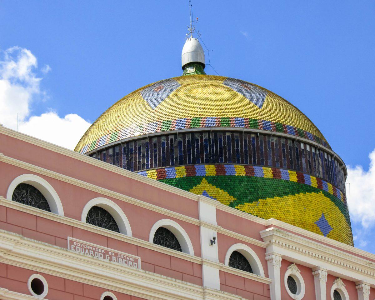 Die farbenprächtig strahlende Dachkuppel des Teatro Amazonas in Manaus, Brasilien - © guentermanaus / Shutterstock