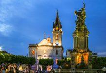 Die Igreja São Sebastião in Manaus, lockt die Besucher mit prachtvollen Malereien und einer lebensgroßen Krippe, Brasilien - © Alvaro Pantoja / Shutterstock