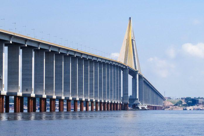 Die Ponte-Rio-Negro über den Rio Negro in Brasilien ist gut 3,5km lang und verbindet Manaus mit der Siedlung Iranduba - © guentermanaus / Shutterstock