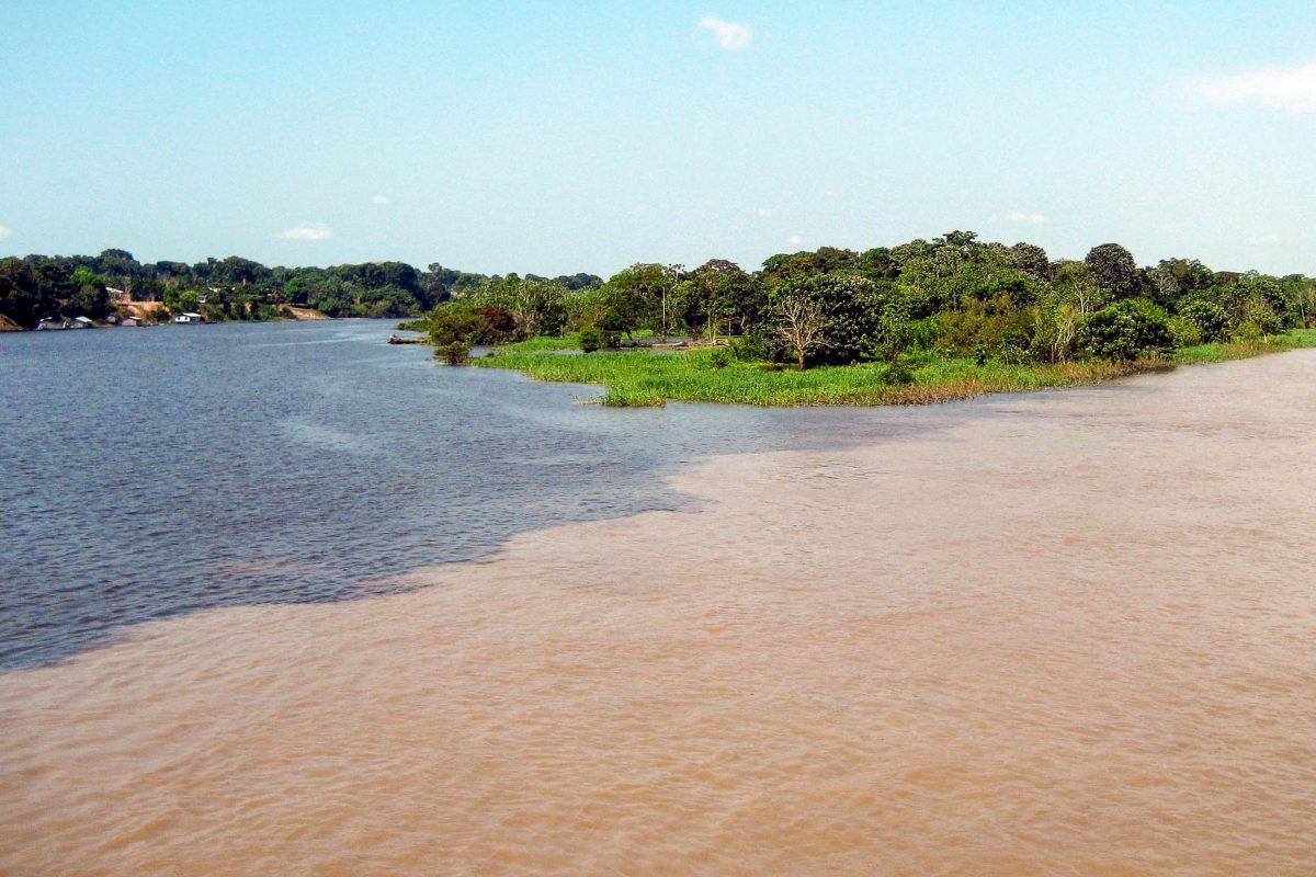 Etwa 10km von Manaus entfernt treffen zwei große Flüsse Brasiliens, der Rio Negro (schwarz) und der Rio Solimoes (schlammbraun), aufeinander - © guentermanaus / Shutterstock