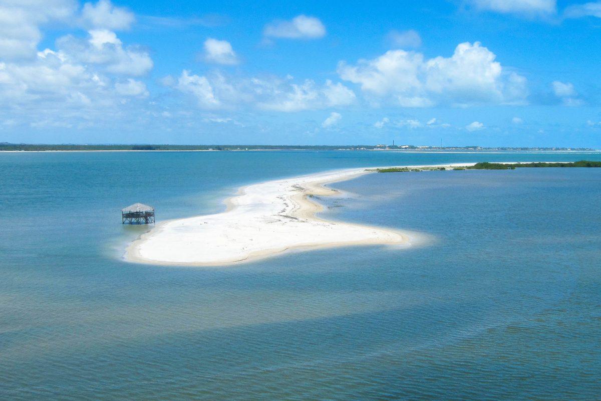 Dem Spiel des Windes hat Mangue Seco nicht nur seine Sanddünen, sondern auch malerische Landzungen zu verdanken, Brasilien - © FRASHO / franks-travelbox