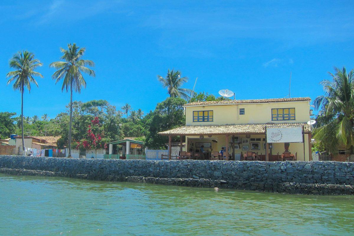 Mit einigen Restaurants und einfachen Ferienhäusern hat in Mangue Seco auch der Tourismus Einzug gehalten, Brasilien - © FRASHO / franks-travelbox