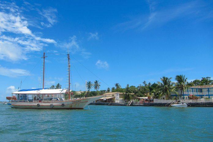 Zwischen Mangue Seco auf seiner Halbinsel und dem Ort Pontal in Sergipe verkehren Fähren und Ausflugsboote, Brasilien - © FRASHO / franks-travelbox