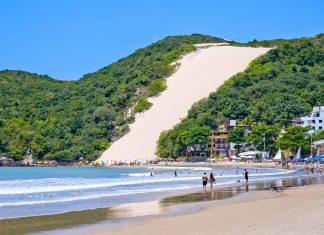 Der 3km lange Praia Ponta Negra ist der beliebteste Strand von Natal und bietet ausgezeichnete Küche und ein quirliges Nachtleben, Brasilien - © Vitoriano Junior / Shutterstock