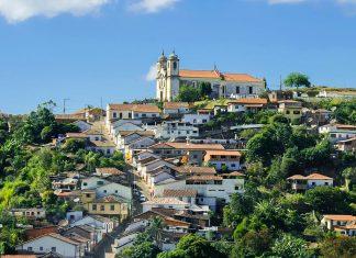 Die barocke Stadt Ouro Preto verteilt sich über mehrere Hügel und Täler, Brasilien - © Ignatius Wooster / Fotolia