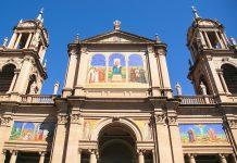 Die Kathedrale von Porto Alegre im Zentrum der historischen Altstadt empfängt ihre Besucher mit drei Eingangsportalen, die von zwei eindrucksvollen Glockentürmen flankiert werden, Brasilien - © rm / Shutterstock