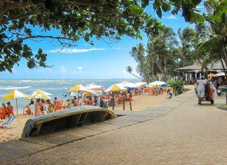 Aufgrund seines Bilderbuch-Strandes und der guten Infrastruktur ist Praia do Forte einer der meistbesuchten Orte an der Küste von Bahia, Brasilien - © FRASHO / franks-travelbox
