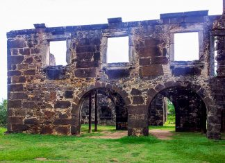 Vom einst stattlichen Castelo Garcia d'Avila aus dem 16. Jahrhundert sind heute nur noch einige Ruinen in der Nähe von Praia do Forte übrig, Brasilien - © FRASHO / franks-travelbox