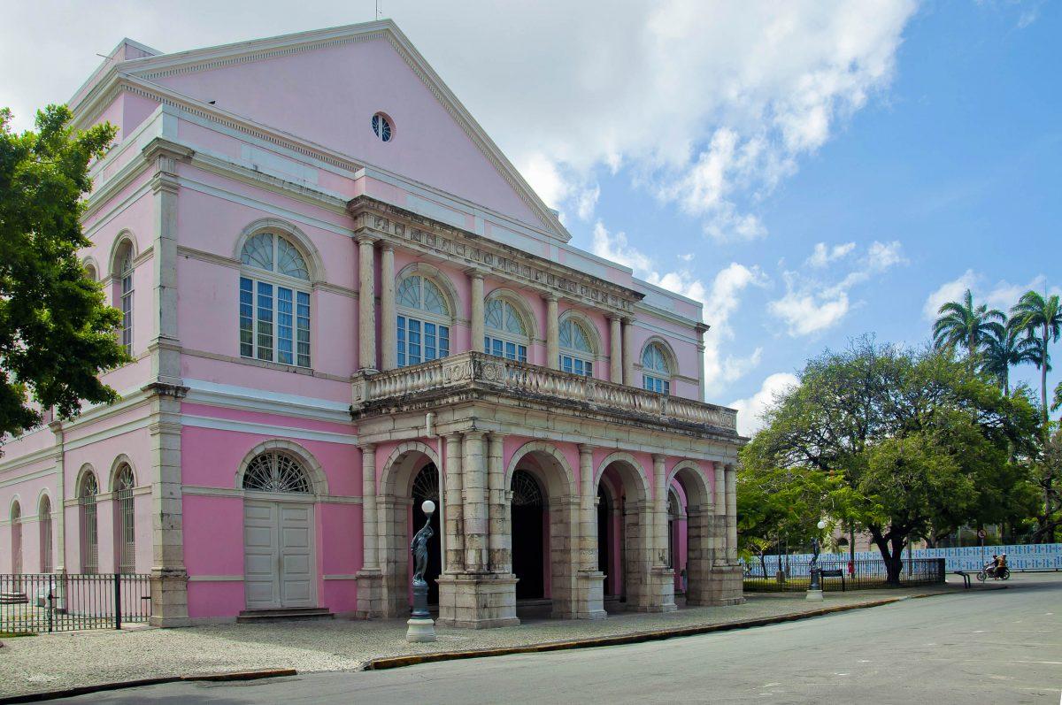 Das Teatro de Santa Isabel am Praça da Republica ist ein wunderbares Beispiel für neoklassizistische Architektur des 19. Jahrhunderts in Recife, Brasilien - © Vitoriano Junior / Shutterstock