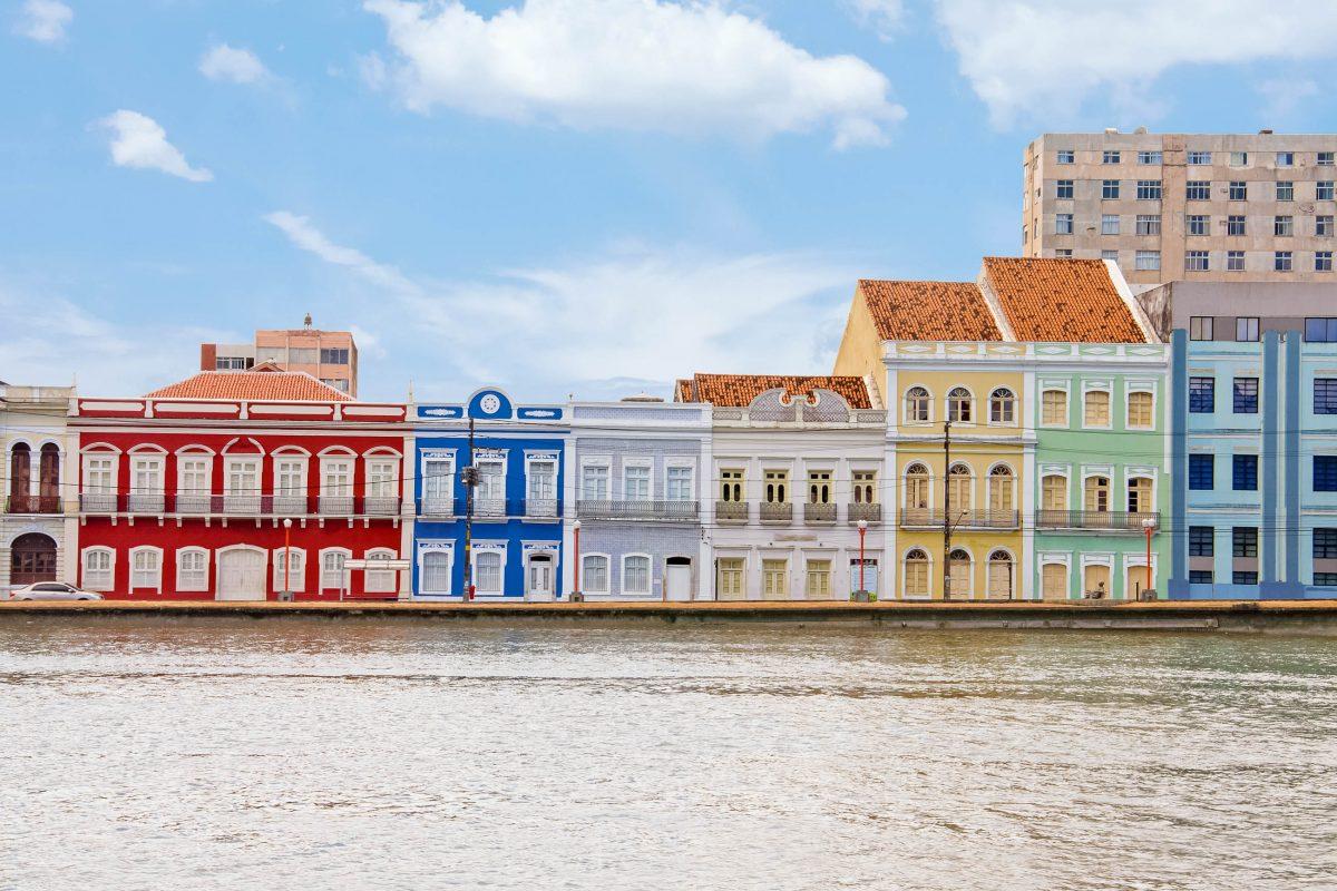 Die Aurora-Straße in Recife wird von farbenfrohen historischen Häusern gesäumt, Brasilien - © Vitoriano Junior / Shutterstock
