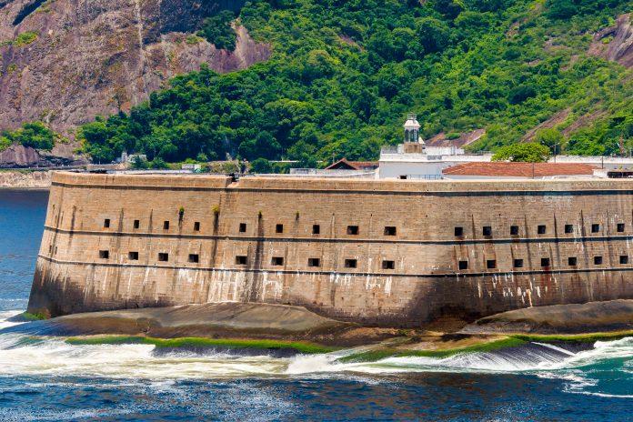 Als größte Befestigungsanlage Südamerikas thront die Festung Santa Cruz da Barra in Niterói in der Guanabara-Bucht vor Rio de Janeiro, Brasilien - © byvalet / Shutterstock