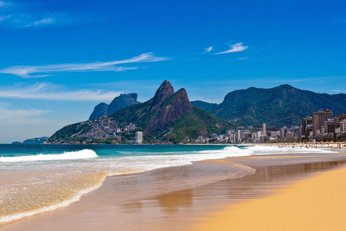 Am Westende des Strandes von Ipanema in Rio ragen die markanten Hügel Dois Irmãos (Zwei Brüder) in den Himmel, Brasilien - © Donatas Dabravolskas / Shutterstock