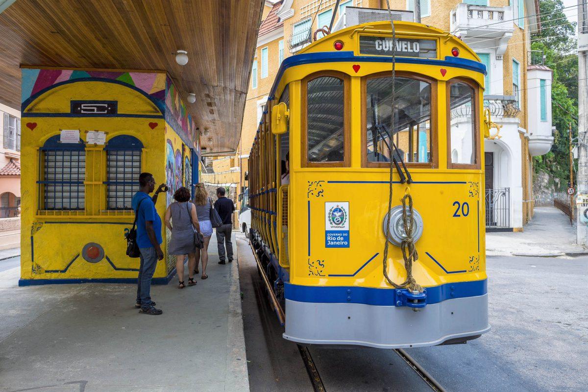 An der Station Curvelo im Stadttviertel Santa Teresa von Rio de Janeiro warten Touristen auf die Ankunft der berühmten Tram Bonde, Brasilien - © lazyllama / Shutterstock