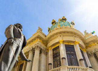 Arkaden aus Marmor, ein vergoldeter Adler mächtige goldene Kuppeln komplettieren die eklektischen Fassade des Teatro Municipal von Rio de Janeiro, Brasilien - © Filipe Matos Frazao / Shutterstock