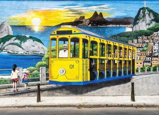 """Auch Santa Teresas berühmte Tram """"Bonde"""" wurde auf den Mauern von Rios Künstlerviertel festgehalten, Brasilien  - © lazyllama / Shutterstock"""