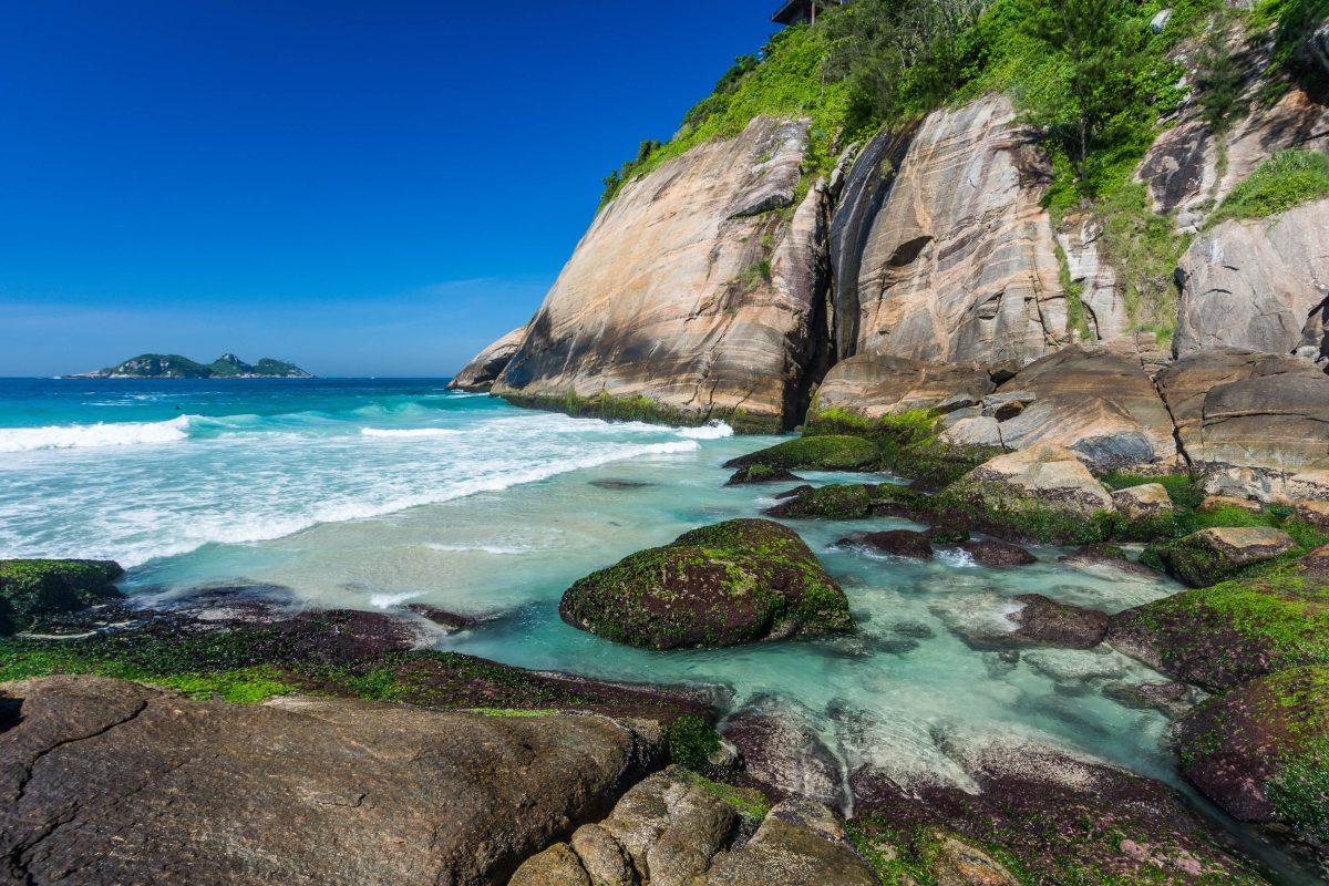 Aufgrund seiner Abgeschiedenheit ist der Joatinga Beach im Südwesten von Rio de Janeiro vor allem unter der Woche nahezu menschenleer, Brasilien - © vitormarigo / Shutterstock