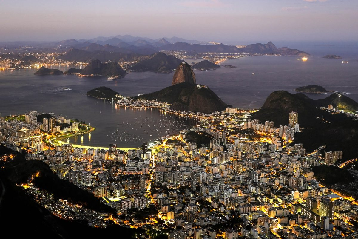 Blick auf die Bucht von Rio kurz nach Sonnenuntergang, im Zentrum der Zuckerhut, das Wahrzeichen von Rio de Janeiro, Brasilien - © Luiz Rocha / Shutterstock