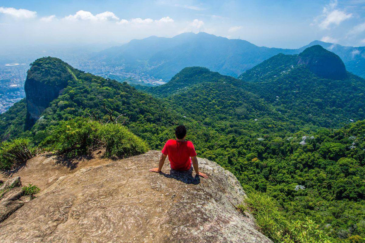 Blick vom Tijuca Mirim Peak über den üppig grünen Urwald des Tijuca Nationalparks in Rio de Janeiro, Brasilien - © vitormarigo / Shutterstock