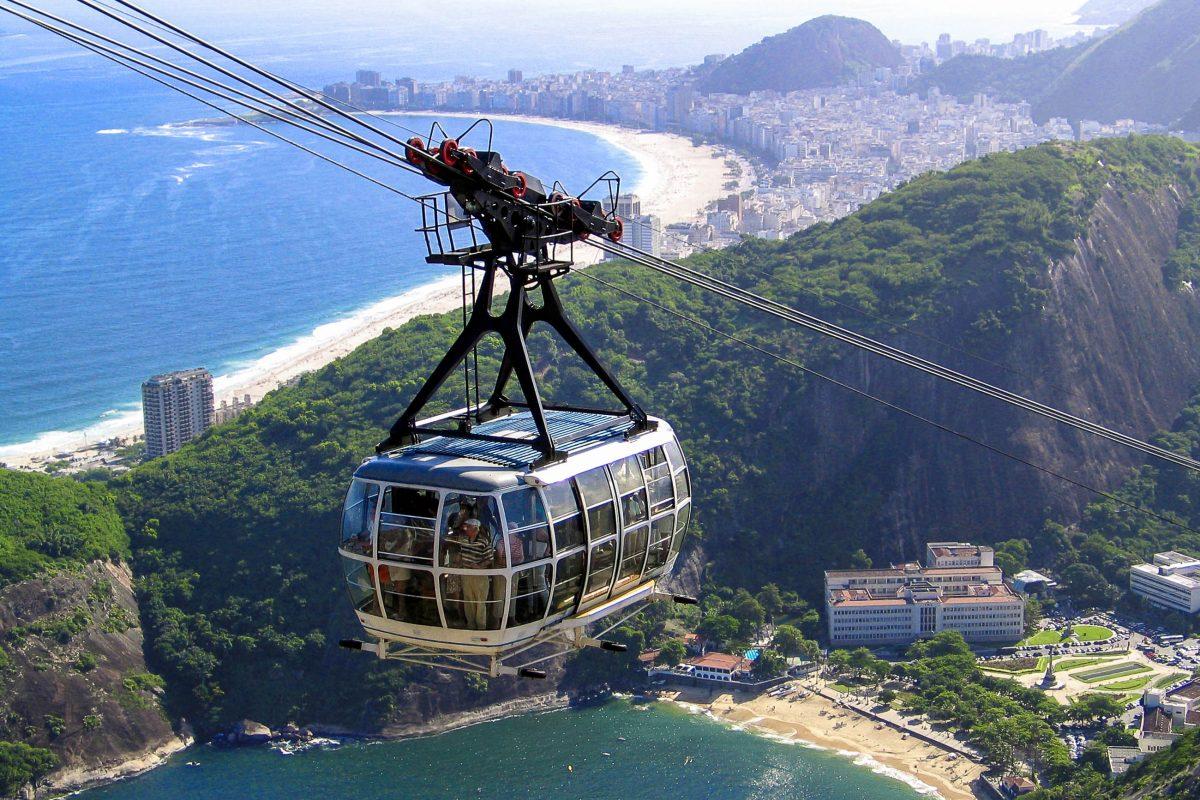 Blick vom Zuckerhut auf eine auffahrende Gondel, im HIntergrund die weltberühmte Copacabana, Rio de Janeiro, Brasilien - © ManuelSilvadeSousa/Shutterstock