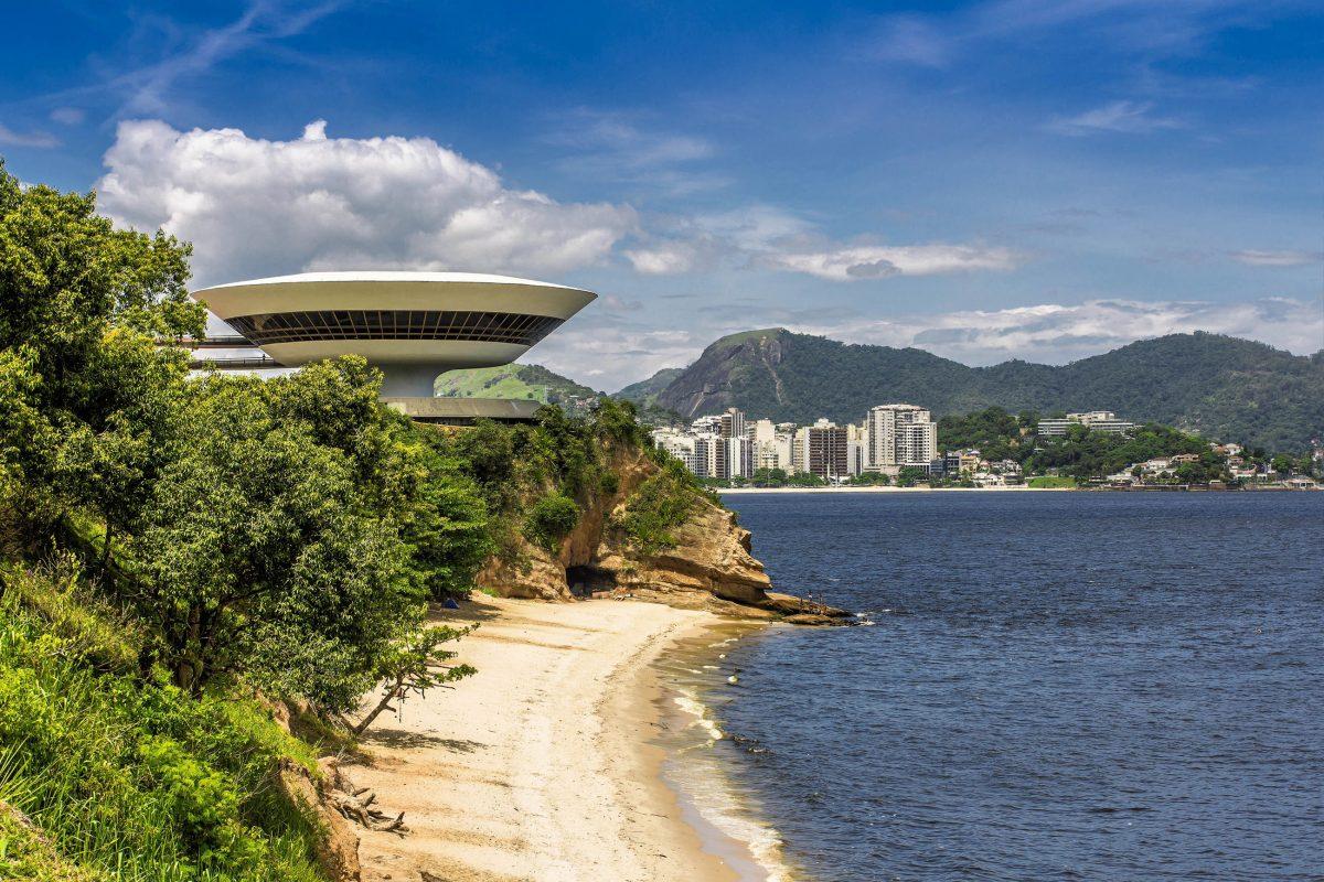 Das 50m breite und 16m hohe Museum für zeitgenössische Kunst thront über einem der vielen Sandstrände bei Rio de Janeiro, Brasilien - © marchello74 / Shutterstock