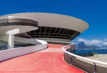 Das Museu de Arte Contemporânea in Niterói nahe Rio de Janeiro war eines der Lieblingsprojekte des weltbekannten Architekten Oscar Niemeyer - © Krystal Boyd / Shutterstock