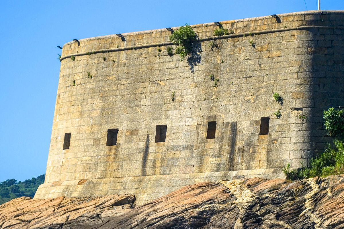 Das São João Fort in der Bucht von Rio de Janeiro, Brasilien, wird heute noch vom Militär als Trainingszentrum genutzt - © Attila JANDI / Shutterstock