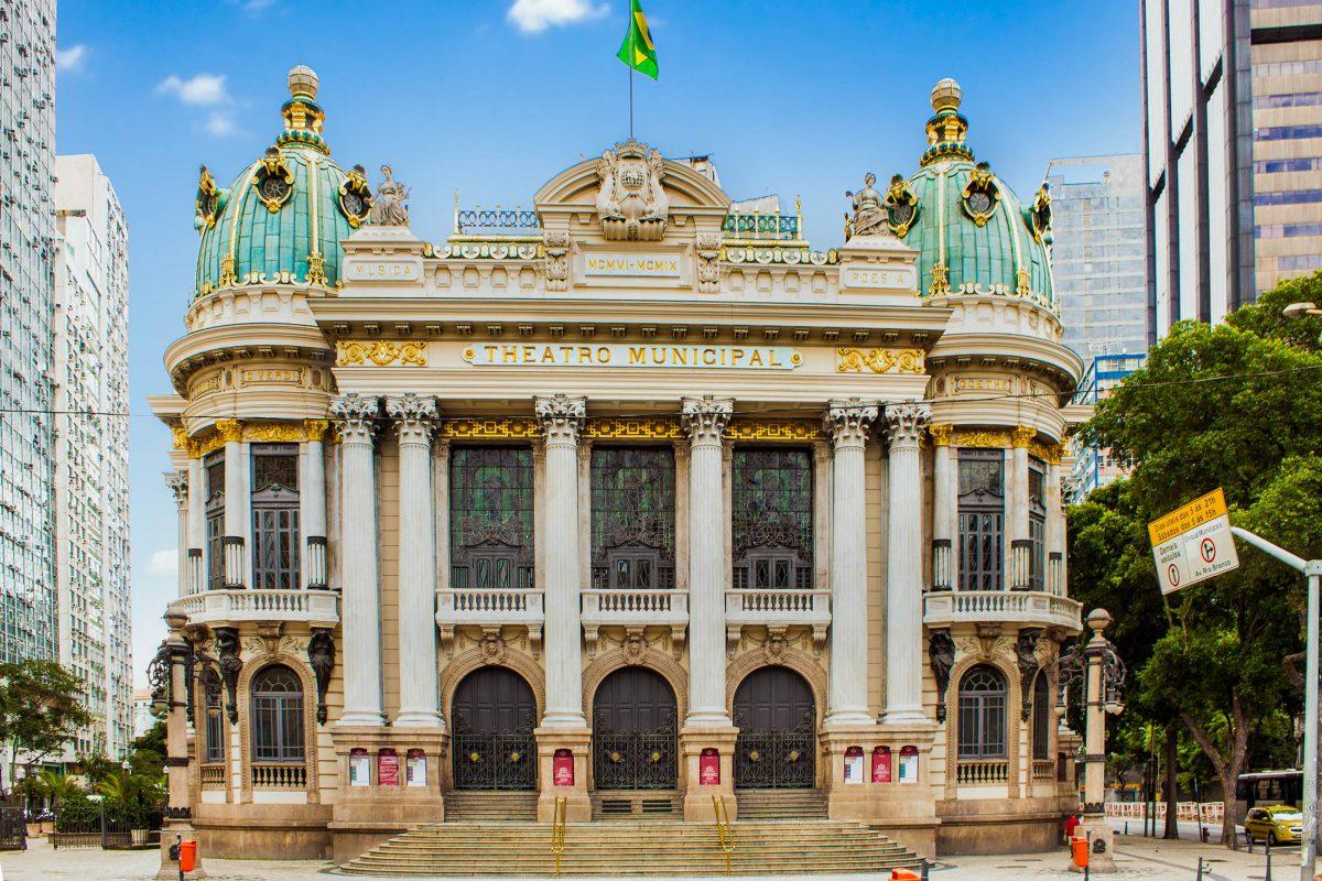 Das Teatro Municipal im Herzen von Rio de Janeiro entstand im Zuge des Theaterbooms im frühen 20. Jahrhundert, Brasilien - © Aleksandar Todorovic / Shutterstock
