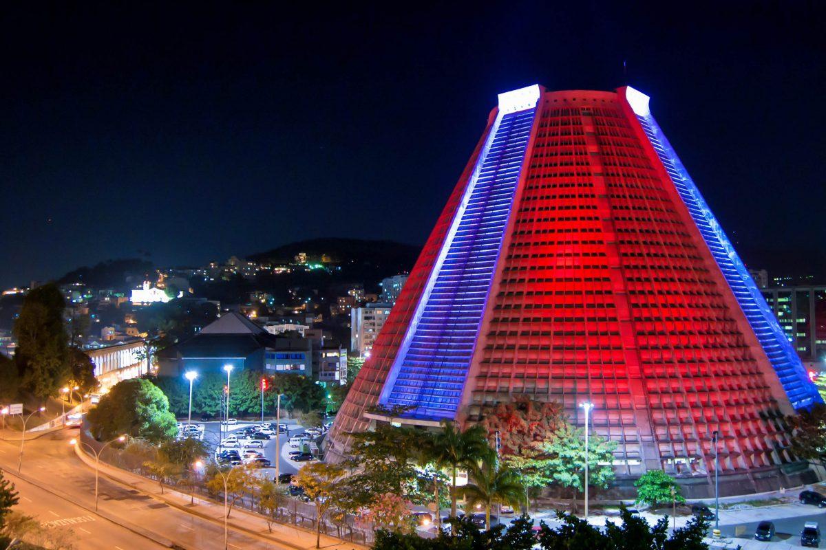 Das umstrittene Design schied die Geister vor und nach der Entstehung der Neuen Kathedrale von Rio de Janeiro, Brasilien - © Publio Furbino / Shutterstock