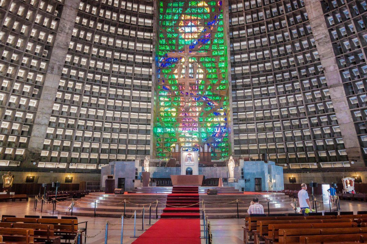 Der Altar der Neuen Kathedrale von Rio de Janeiro ist aus schlichtem Granit gefertigt, Brasilien - © Matyas Rehak / Shutterstock