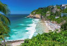 Der malerische Joatinga Beach von Rio de Janeiro liegt in einer winzigen Bucht mit türkisblauem Wasser und üppiger Vegetation, Brasilien - © vitormarigo / Shutterstock