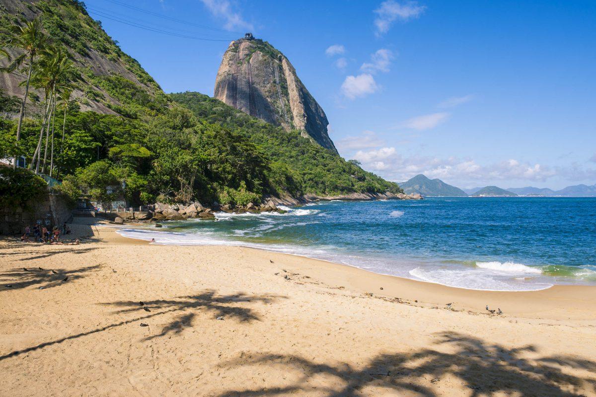 Der Praia Vermelha von Rio de Janeiro wird vor allem von Einheimischen besucht und lockt mit echtem Urlaubsfeeling von Brasilien - © lazyllama / Shutterstock