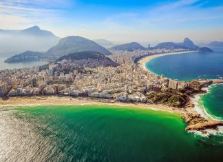 Der Strand von Ipanema liegt in Rio de Janeiro, Brasilien, direkt neben der Copacabana und wird nur durch den Felsvorsprung namens Arpoador getrennt - © f11photo / Shutterstock