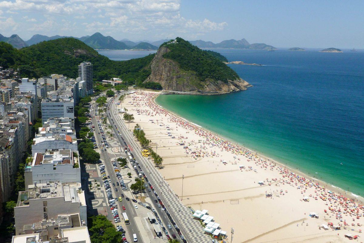 Der weltbekannte 4km lange Sandstrand Copacabana, Rio de Janeiro, Brasilien - © csokil1 / Fotolia