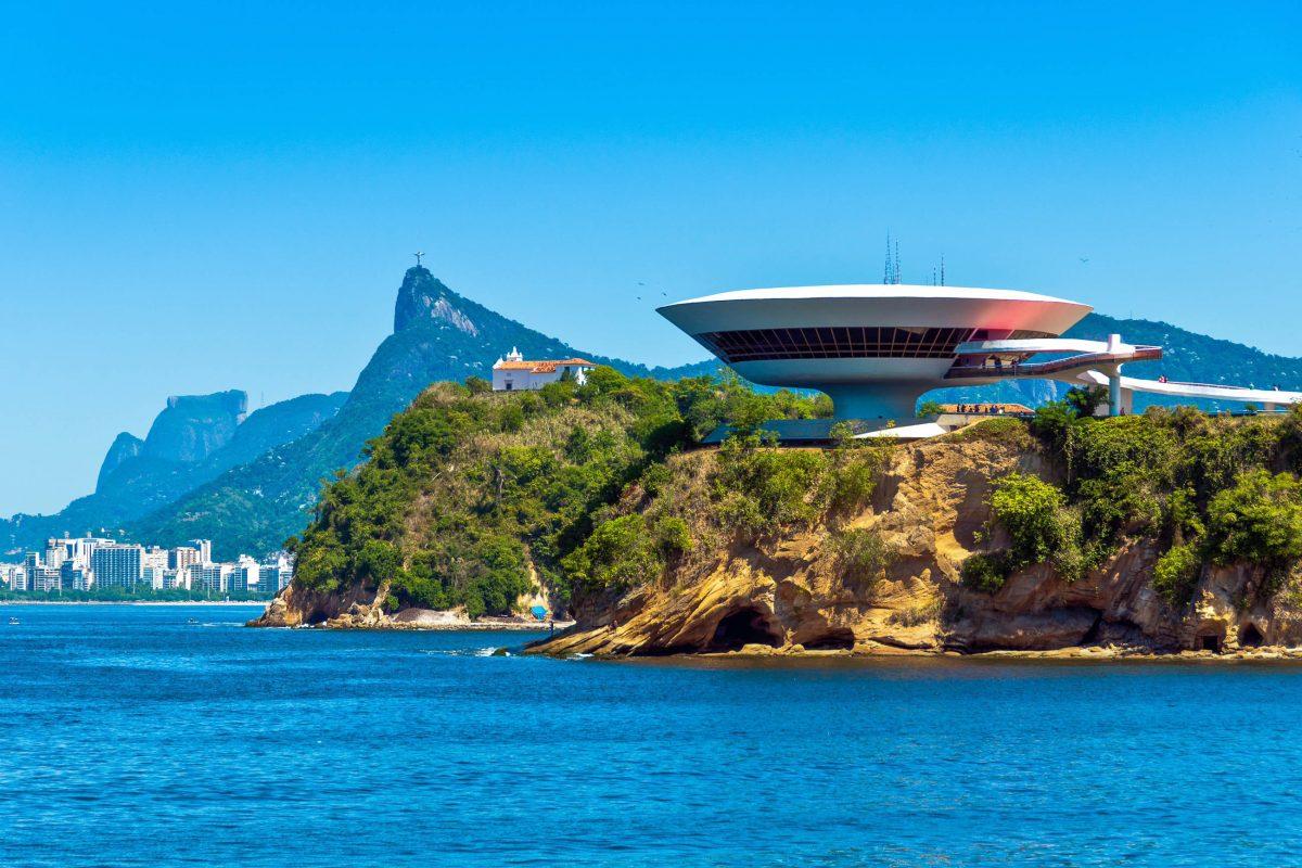 Die Ausstellungsräumlichkeiten des Museu de Arte Contemporânea bei Rio de Janeiro bieten auf 4 Stockwerken Platz für rund 1.600 Exponate, Brasilien - © Donatas Dabravolskas / Shutterstock