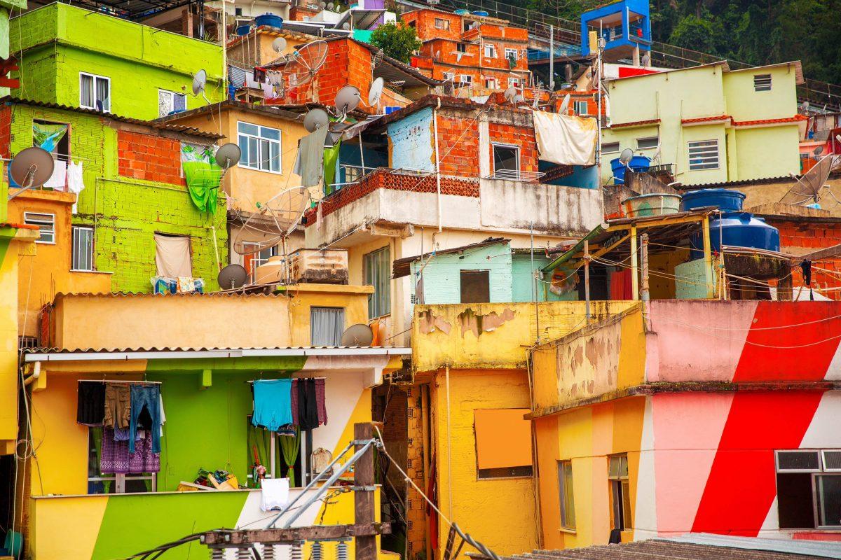 Die Besichtigung der Favela Santa Marta in Rio de Janeiro, Brasilien, hat Fremdenführer, Wegweiser zu Sehenswürdigkeiten und Jeep-Safaris inklusive - © Skreidzeleu / Shutterstock
