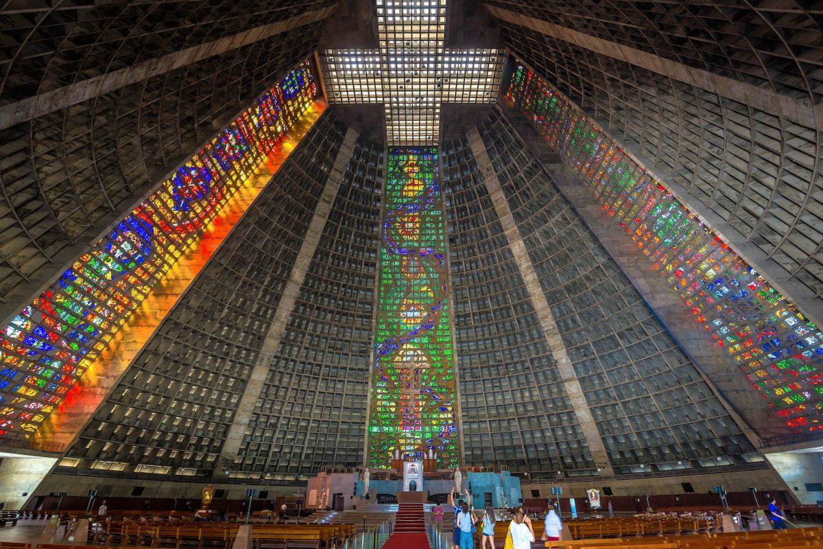 Die Catedral Metropolitana von Rio de Janeiro, Brasilien, fasst auf 8.000 Quadratmetern 20.000 Gläubige - © f11photo / Shutterstock